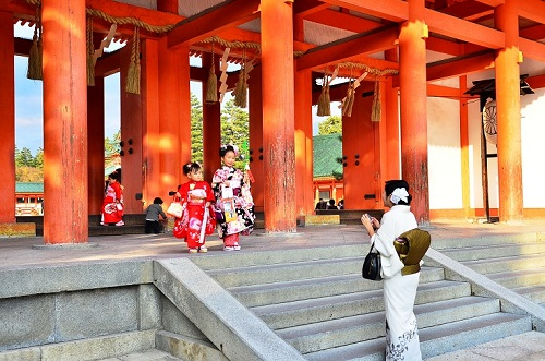 Trẻ viếng đền thờ với bố mẹ trong dịp Shichi-go-san. Ảnh: JTBUSA blog
