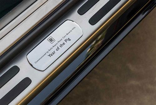 Phiên bản đặc biệt có dòng chữ Năm Hợi trên bậc cửa. Rolls-Royce tung bốn phiên bản đặc biệt mừng năm Kỷ Hợi