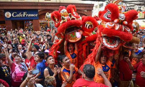 Người dân khu Hoa kiều ở Manila, Philippines múa lân mừng năm Kỷ Hợi. Ảnh: AFP.