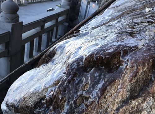 Băng đóng thành lớp đá mỏng phủ trên sườn núi. Ảnh: CTV