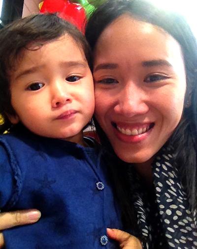 Lần hiếm hoi chị Huyền được gặp con tại Pháp úc bé 2 tuổi. Ảnh: VNCC.