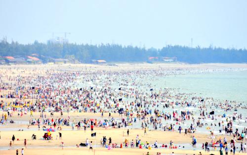 Trong một hai ngày tới, khách đổ về Vũng Tàu rất đông. Ảnh: Thông Nguyễn.