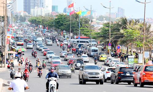 Từ sáng sớm ngày 8/2, đường Thùy Vân xe cộ đông đúc. Ảnh: Thông Nguyễn.