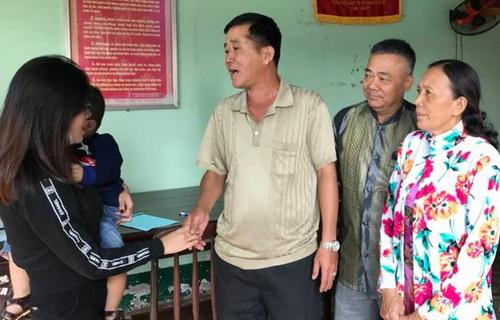 Đại diện gia đình ông Tuấn xin lỗi chị Tiên. Ảnh: Thái Hà