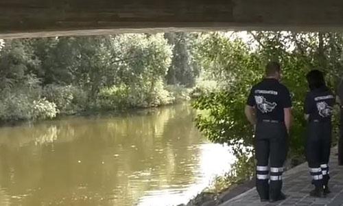 Cảnh sát tìm kiếm thi thể nạn nhân dưới sôngSaale, con sông chảy qua thành phố Jena nằm ở tỉnh phía đông Thuringia, Đức. Ảnh: CEN.
