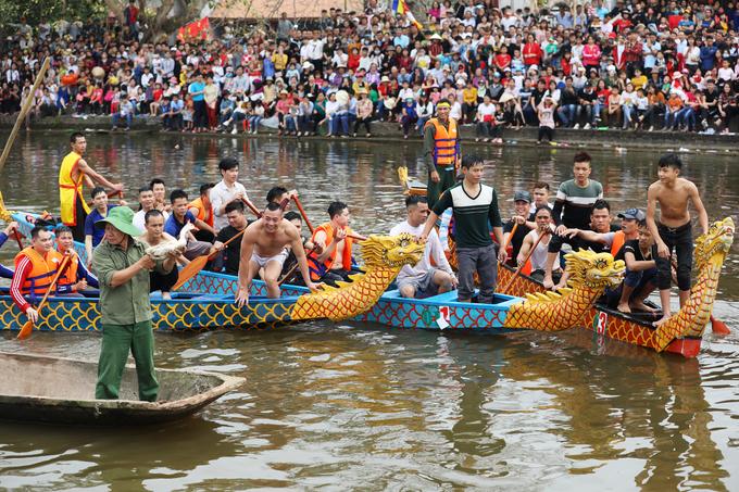 Ở phần thi tiếo theo, chủ trò đưa vịt ra giữa sông, đội nào bắt được vịt sẽ giành chiến thắng.