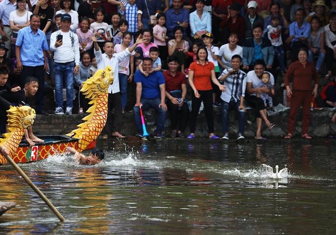 Khi vịt được tung xuống nước, VĐV trên chải nhanh chóng nhảy xuống bắt vịt, các thành viên còn lại của đội bạn liên tục té nước, gây khó khăn.