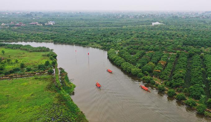 Năm thuyền của 5 thôn sẽ đua trên sông Cửa Chùa, chặng đua dài hơn một km để chọn ra 3 đội nhất tính theo thời gian. Đội nhất sẽ tham gia trò chơi tiếp theo.