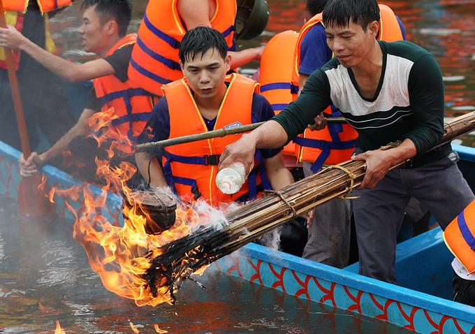 Bắt vịt, thổi cơm thi trên thuyền ở Hải Dương
