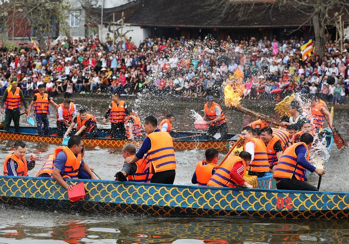 Một pha áp sát để gây ra khó khăn trong việc thổi cơm giữa hai thuyền đua.