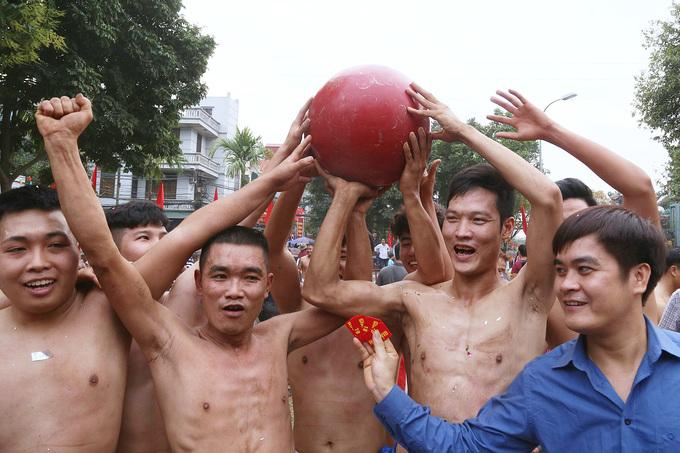 Trai làng nô nức vật cầu ở Hà Nội