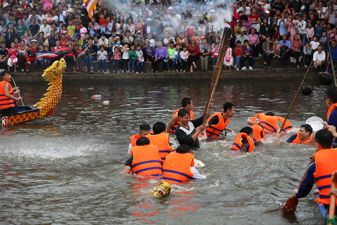 Ba chiếc thuyền té nước gây ra cảnh huyên náo, chiếc thuyền ở giữa mất thăng bằng nên chìm xuống sông.
