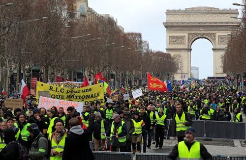 Người biểu tình áo vàng tuần hành ở Khải Hoàn Môn, Paris hôm 9/2. Ảnh: Reuters.