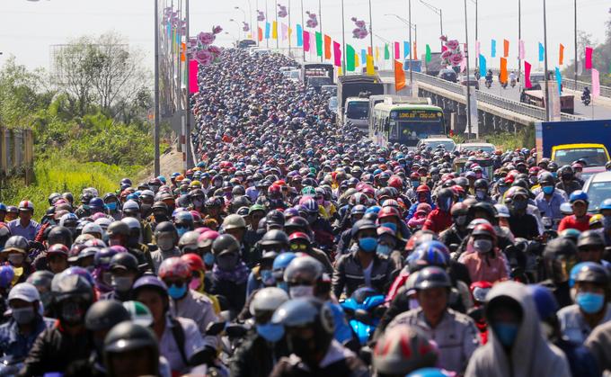 Người dân miền Tây đội nắng nhích từng chút một trở lại Sài Gòn