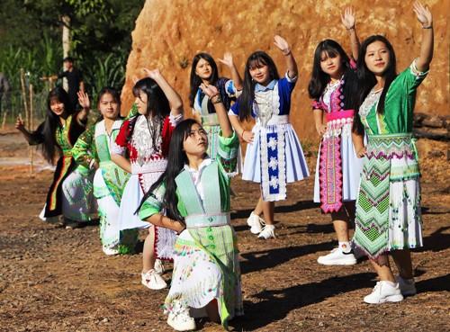Các thiếu nữ HMông múa khai hội đầu Xuân. Ảnh: Hoàng Thanh.