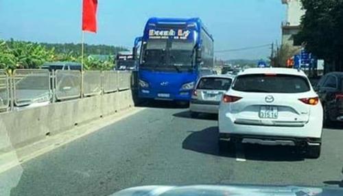 Xe khách chạy ngược chiều bị người dân ghi hình. Ảnh chụp màn hình.