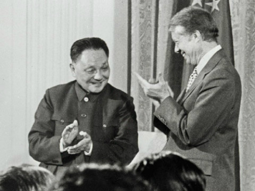 Chủ tịch Hội nghị Hiệp thương Chính trịTrung Quốc Đặng Tiểu Bình (trái)và Tổng thống Jimmy Carter tại Nhà Trắng năm 1979. Ảnh:AFP