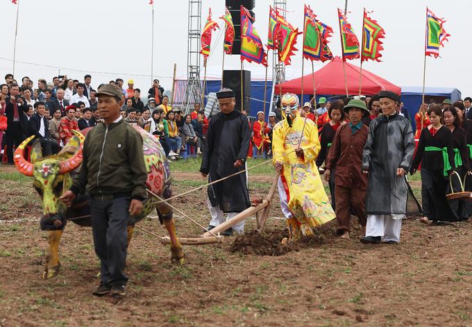 Phó thủ tướng xuống đồng trong lễ hội Tịch điền