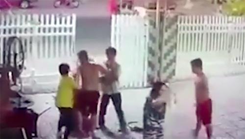 Hai cảnh sát bị điều tra vì đánh hàng xóm nhập viện - ảnh 1