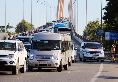 Chiều 10/2, cầu Rạch Miễu được phân luồng từ hai chiều thành một chiều để giải tỏa kẹt xe khi người dân ùn ùn về lại TP HCM sau Tết Kỷ Hợi. Ảnh:Hoàng Nam.