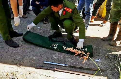 Cảnh sát khám nghiệm hiện trường vụ án. Ảnh: Khánh Hương.