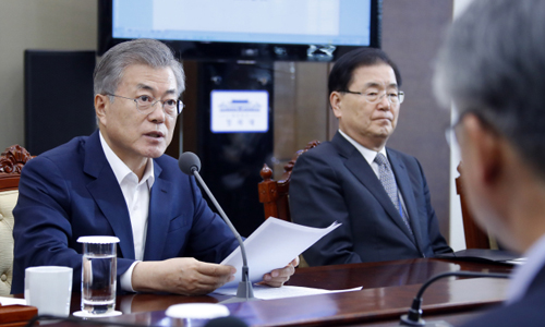 Tổng thống Hàn Quốc Moon Jae-in (trái). Ảnh: Yonhap.