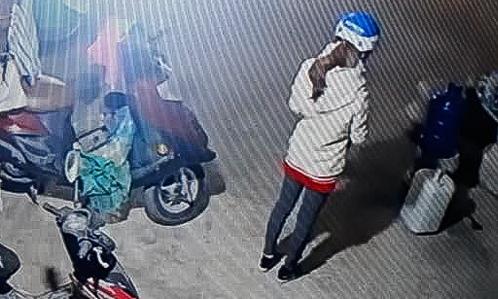 Hình ảnh nữ sinh Cao Thị Mỹ Duyên trước khi đi giao gà được trích xuất từ camera.