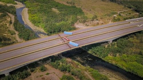 Quân đội Venezuela chặn cây cầu nối với Colombia bằng rào sắt, container và xe bồn. Ảnh: AFP.