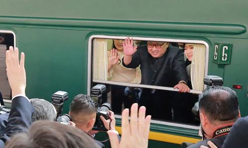 Kim Jong-un vẫy chÃo từ trên tÃu khi thăm Bắc Kinh tháng 6/2018. Ảnh: KCNA.