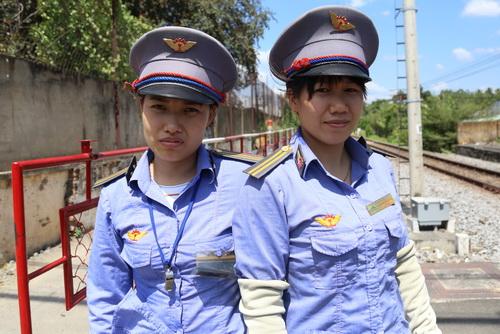 Chị Lan (bìa phải) và chị Minh trên đường ngang đã cứu cụ bà sáng nay. Ảnh: Phước Tuấn