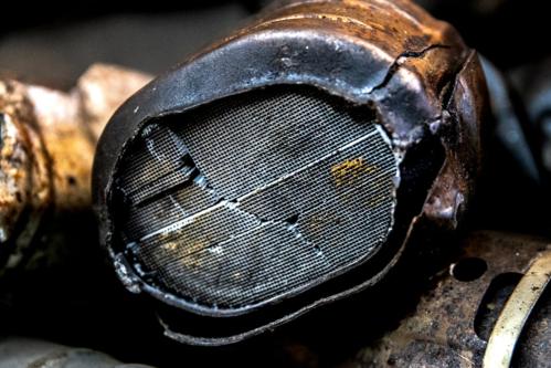 Palladium bên trong một bộ chuyển đổi xúc tác của hệ thống xả xe hơi. Hơn 80% palladium được sử dụng trong các bộ chuyển đổi như vậy. Ảnh: NYTimes.