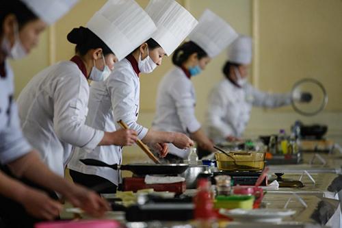 Các đầu bếp tại cuộc thi nấu ăn quốc gia Triều Tiên hôm 13/2. Ảnh: AFP