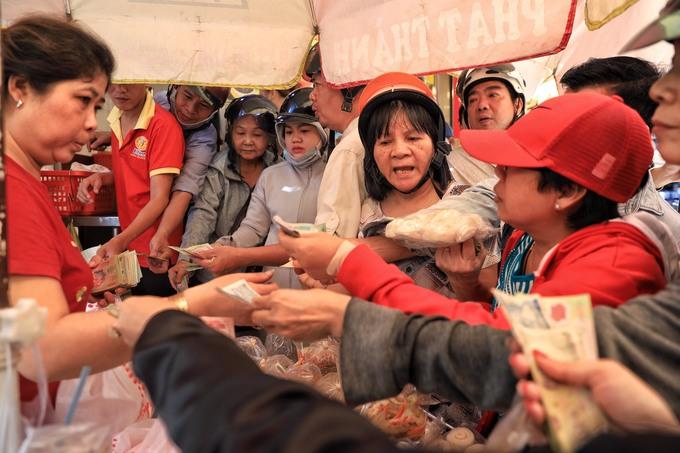 Người Sài Gòn chen lấn mua heo, vịt quay cúng Thần tài