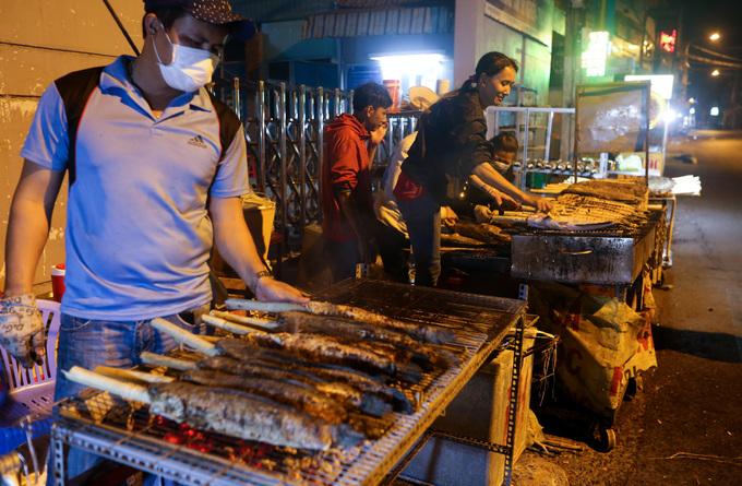 Trắng đêm nướng hàng tấn cá lóc cho ngày vía Thần tài ở Sài Gòn