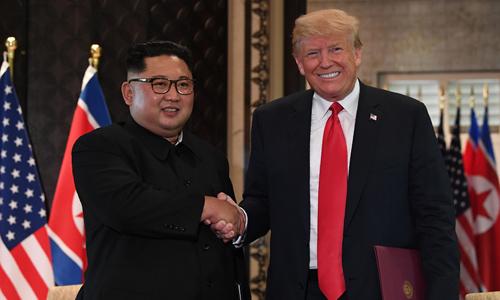 Tổng thống Mỹ Donald Trump (phải) bắt tay lãnh đạo Triều Tiên Kim Jong-un trong hội nghị thượng đỉnh tại Singapore hồi tháng 6/2018. Ảnh: AFP.