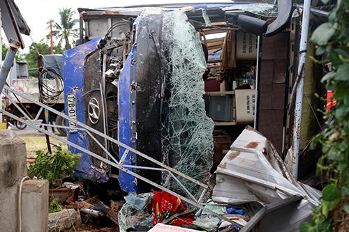 Hơn 30 hành khách la hét trên ôtô giường nằm lao vào nhà dân - ảnh 3