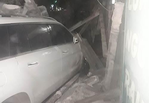 Đầu ô tô gây tai nạn cắm vào gốc cây gần ki ốt. Ảnh: Toàn Lê.