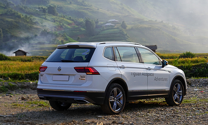 Volkswagen Tiguan Allspace thiết kế phong cách thể thao, cụm đèn hậu LED, bộ vành hợp kim nhôm 19-inch 5 chấu. Ảnh: Lương Dũng.