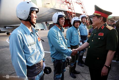 Đại tướng Ngô Xuân Lịch thăm hỏi, động viên các phi công tiêm kích Su30MK2 của trung đoàn 935. Ảnh: Phước Tuấn