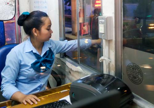 Hệ thống thu phí kíntrên cao tốc Long Thành - Dầu Giây theo công nghệ Nhật Bản. Ảnh: Quỳnh Trần.