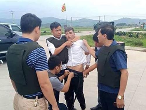 Cảnh sát khống chế nghi phạm.