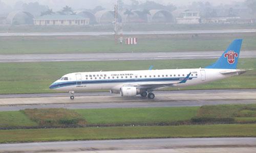 Máy bay của hãng China Southern Airlines chở đoàn tiền trạm Triều Tiên đáp xuống Nội Bài lúc 10h38 sáng nay. Ảnh: Bá Đô.
