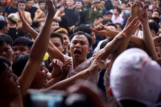 Dân làng phản đối khi hội cướp phết bị dừng