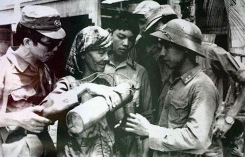 Bà mẹ Campuchia rót nước cho các chiến sĩ quân tình nguyện Việt Nam. Ảnh tư liệu