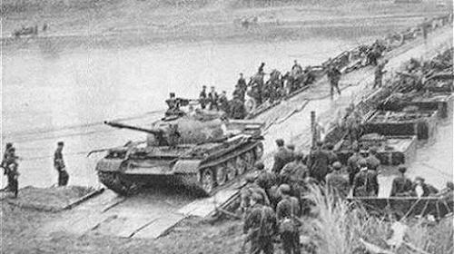 Quân Trung Quốc vượt cầu phao xâm lược Việt Nam ở biên giới phía Bắc năm 1979. Ảnh tư liệu