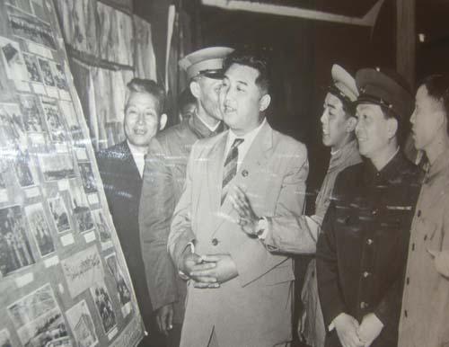 Thủ tướng Triều Tiên Kim Nhật Thành (giữa)tham quan bảo tàng ở Hà Nội năm 1958. Ảnh: dangcongsan.vn