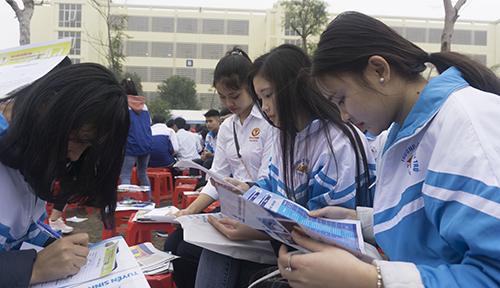 Học sinh cuối cấp ở Thanh Hoá tìm hiểu thông tin tuyển sinh trong đợt tư vấn do Bộ Giáo dục và Đào tạo vừa phối hợp tổ chức. Ảnh: Lê Hoàng.