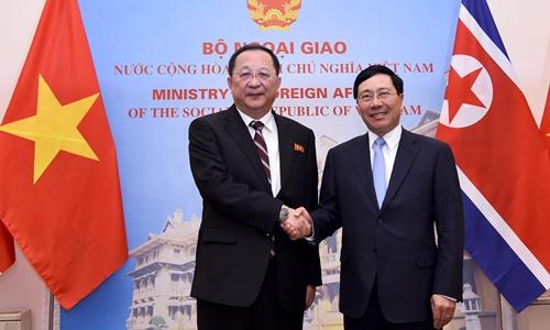 Phó thủ tướng, Bộ trưởng Ngoại giao Phạm Bình Minh (phải) tiếp Ngoại trưởng Triều Tiên Ri Yong Ho tại Hà Nội ngày 30/11. Ảnh:BNG.