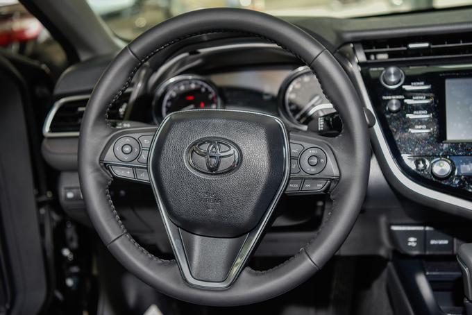 Toyota Camry mới nhập Mỹ giá hơn 2,5 tỷ tại Hà Nội