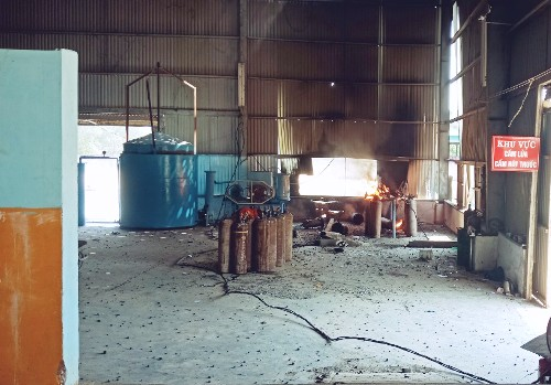 Các bình gas bị cháy lan trong nhà xưởng. Ảnh: Văn Tánh.